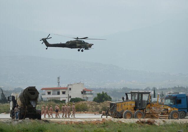 Un hélicoptère Mi-28N à la base de Hmeimim en Syrie