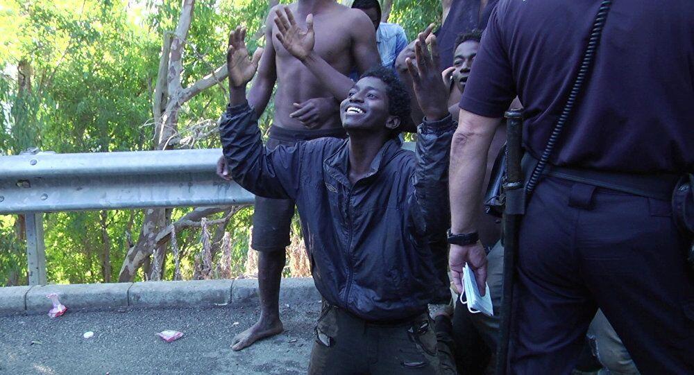 des migrants forcent la frontière Maroc-Espagne à Ceuta