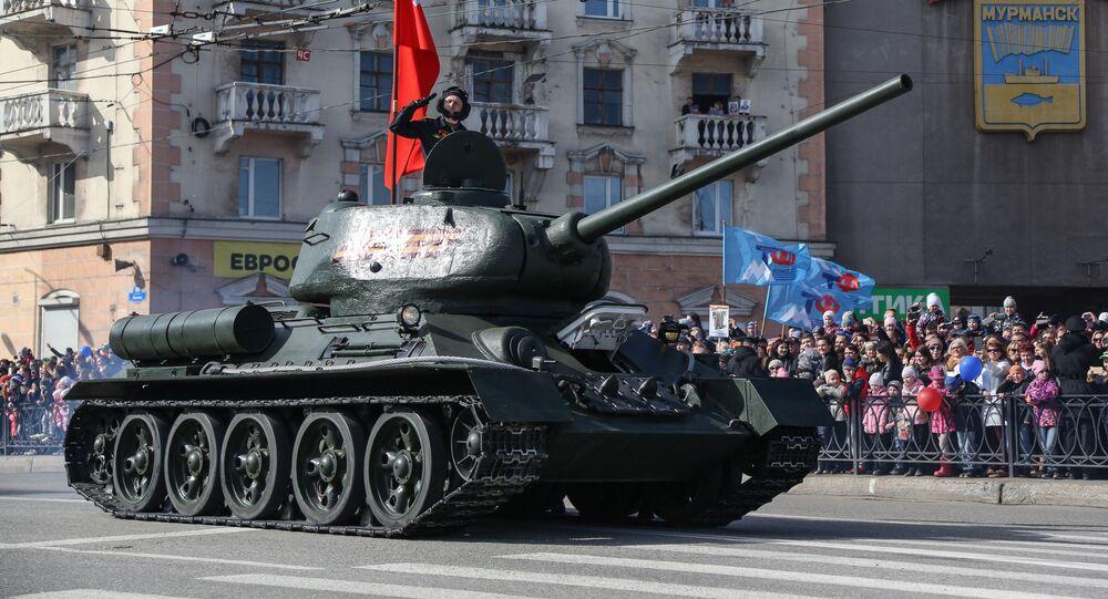 Un char T-34 participe à un défilé militaire