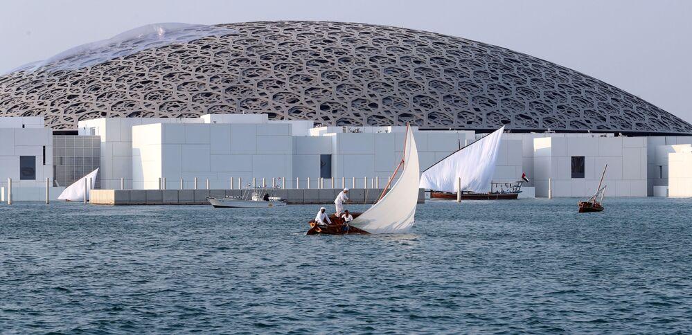 Des pêcheurs près du musée du Louvre à Abou Dabi, aux Émirats arabes unis.