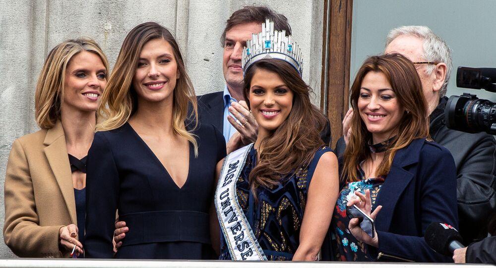 Miss France 2015 Camille Cerf (deuxième à la gauche)