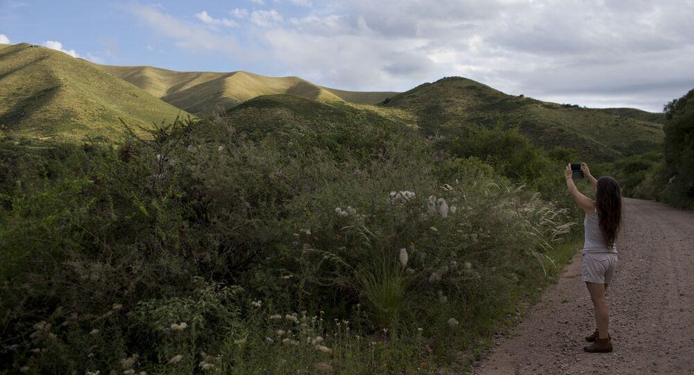 La directrice du Centre international d'Ufologie, Luz Mary Lopez, prend une photo du mont Uritorco