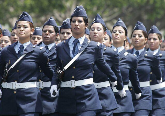 Un bataillon de soldates marocaines en parade