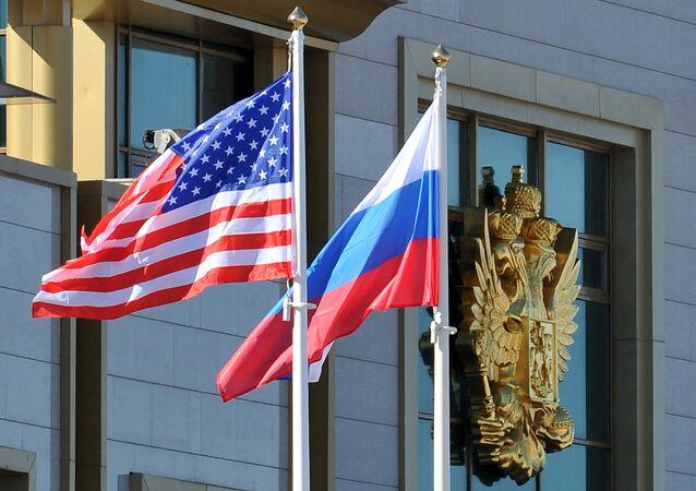 Drapeaux russe et américain. Image d'illustration