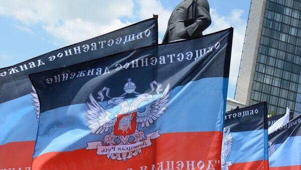 Les drapeaux de la République populaire autoproclamée de Donetsk - Sputnik France