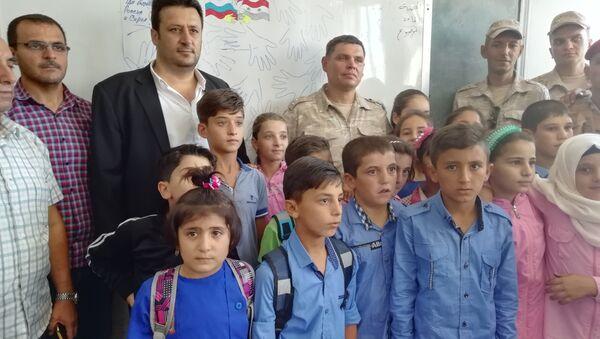 Rentrée scolaire: un général russe félicite des écoliers syriens - Sputnik France