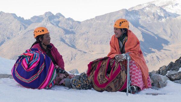 Les Cholitas sont des femmes alpinistes en Bolivie - Sputnik France
