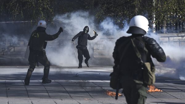 A masked protester throws a molotov cocktail at riot policemen during clashes outside the University of Thessaloniki campus, in Thessaloniki, Greece Saturday March 10, 2018 - Sputnik France