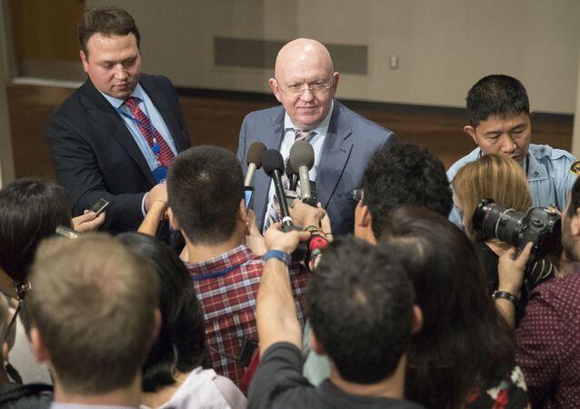 L'ambassadeur de Russie auprès des Nations unies, Vassili Nebenzia, s'adresse aux journalistes après des consultations du Conseil de sécurité