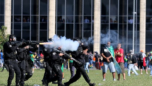 Riot police officers clash with demonstrators during a protest against President Michel Temer and the latest corruption scandal to hit the country, in Brasilia, Brazil, May 24, 2017 - Sputnik France