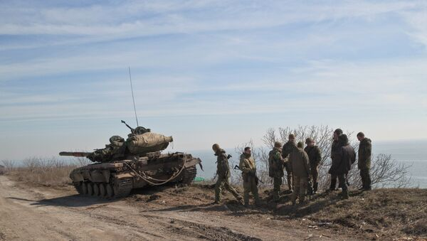 Ukraine government forces stand by a tank on a front line position east of the Sea of Azov port city, Mariupol, Ukraine - Sputnik France