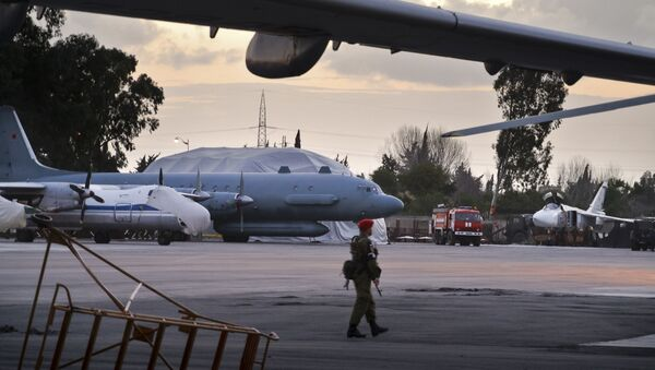 In this photo taken on Friday, March 4, 2016, A Russian military police officer stands guard at the Russian air base in Hemeimeem, Syria, with an Il-20 electronic intelligence plane of the Russian air force is in the background. An Il-20 aircraft was shot down Tuesday, Sept. 18, 2018 by a Syrian missile over the Mediterranean Sea, killing all 15 people on board, as the Syrian military fired on Israeli fighter jets attacking targets in northwestern Syria - Sputnik France