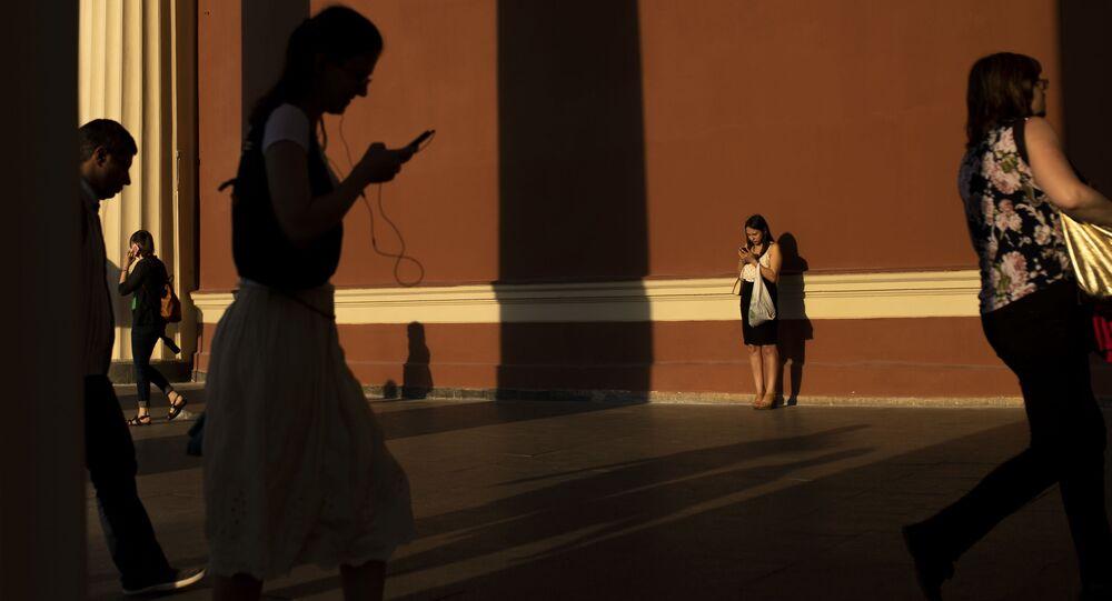 Personnes avec des smartphones