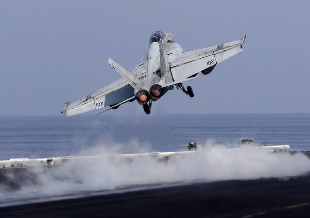 Un chasseur américain décolle pour une mission de l'opération Inherent Resolve