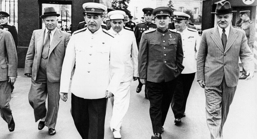 Staline et Molotov se rendent à la Place Rouge