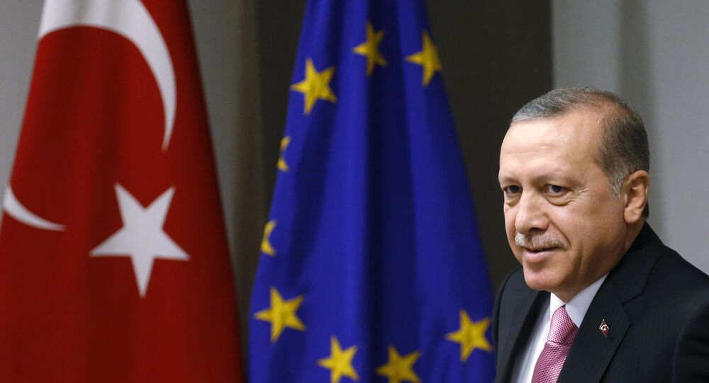 Le président turc Recep Tayyip Erdogan attend l'arrivée du président du Conseil européen Donald Tusk avant une réunion au bâtiment du Conseil de l'UE à Bruxelles le lundi 5 octobre 2015.
