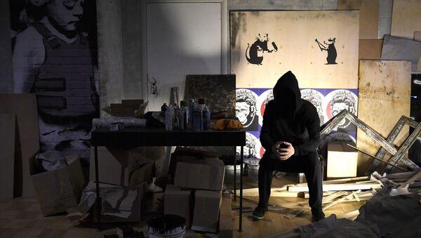 Une exposition de l'artiste de rue anglais Banksy à la Central House of Artist - Sputnik France