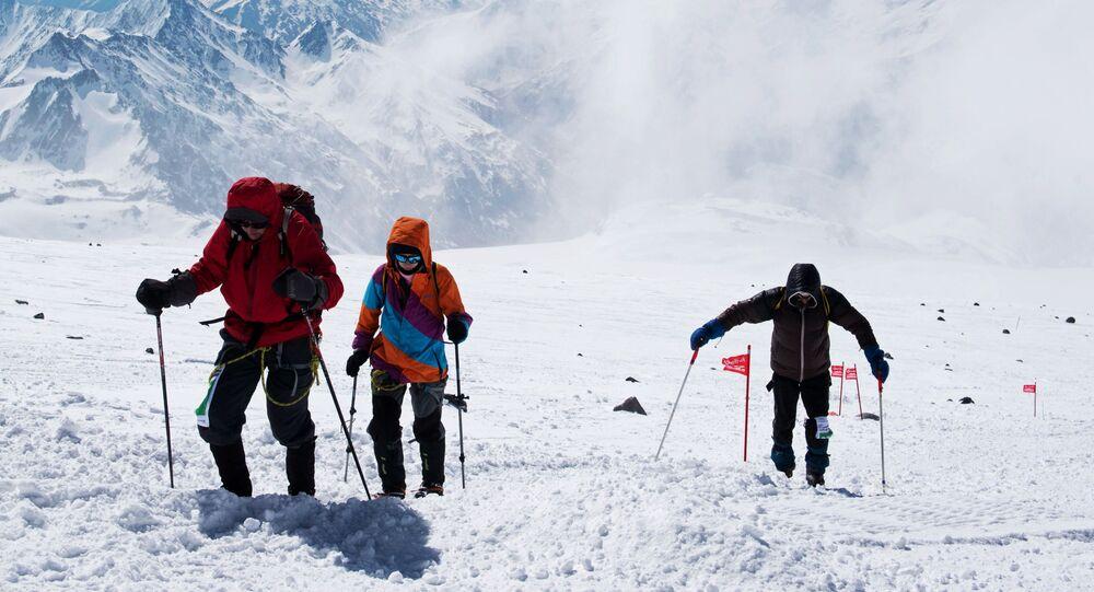L'ascension d'alpinistes sur le mont Elbrouz, image d'illustration