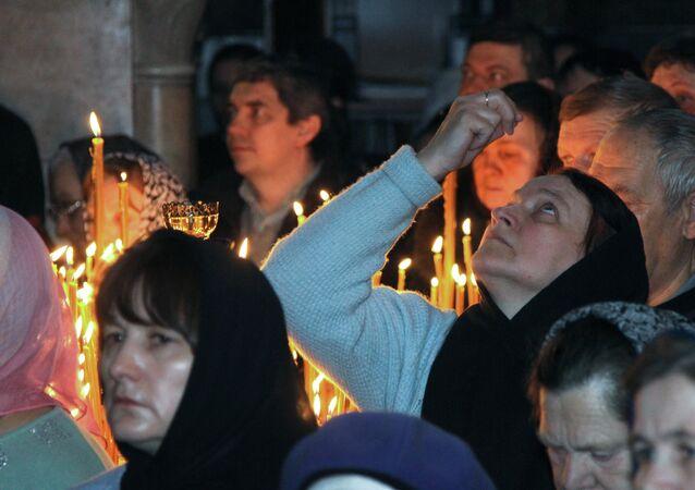 Un service religieux célébré dans la Laure des Grottes de Kiev