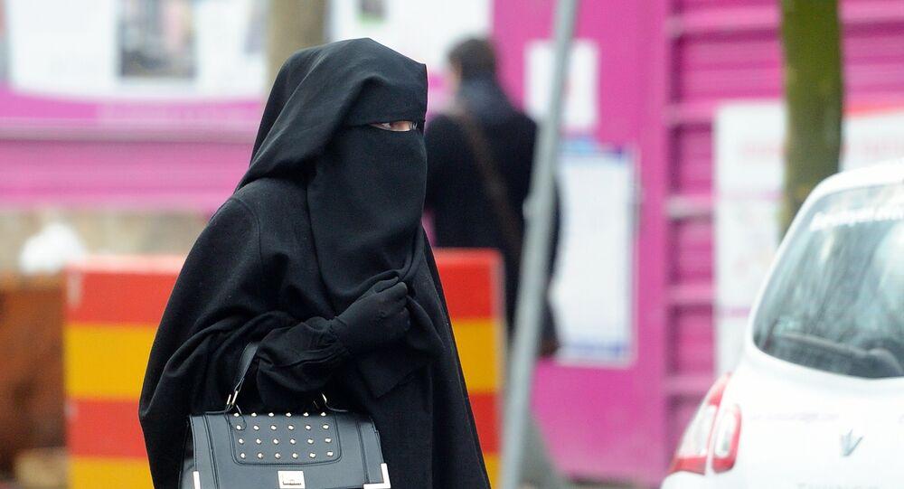 Une femme habillée en niqab en France. Photo d'archive