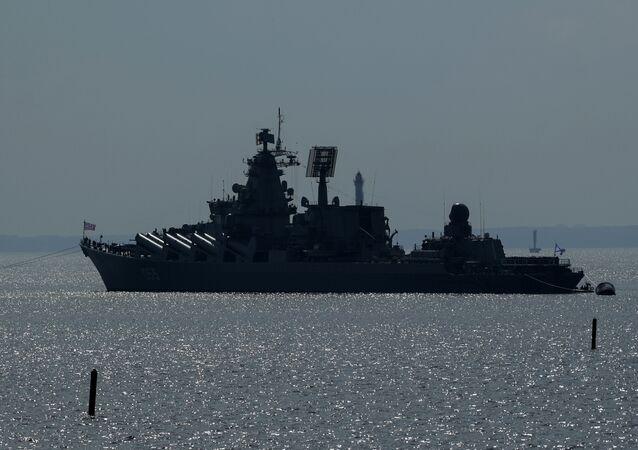 Le croiseur lance-missiles russe Marchal Oustinov