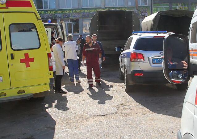 A l'entrée du lycée de Kertch où s'est produite la tuerie