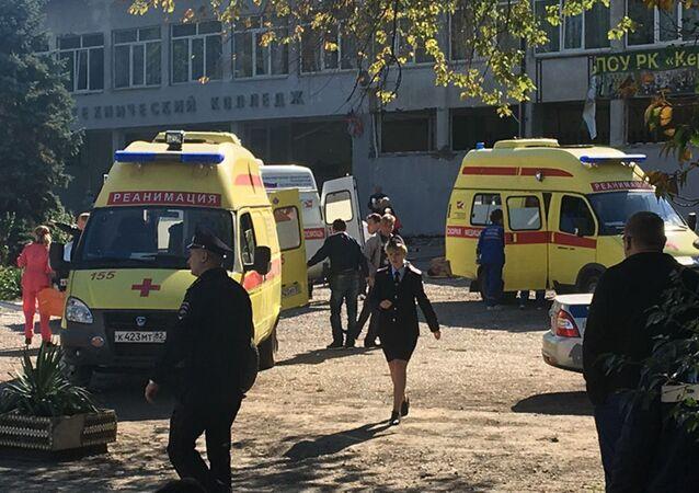 A l'entrée du lycée polytechnique de Kertch, lieu de la tuerie