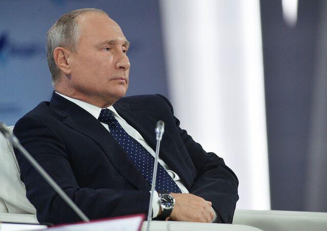 Vladimir Poutine participe à une réunion du club de discussion Valdaï