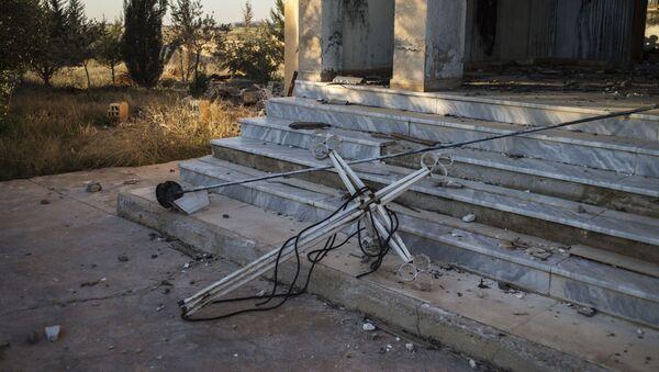 Крест на ступеньках в деревне на северо-востоке Сирии - Sputnik France