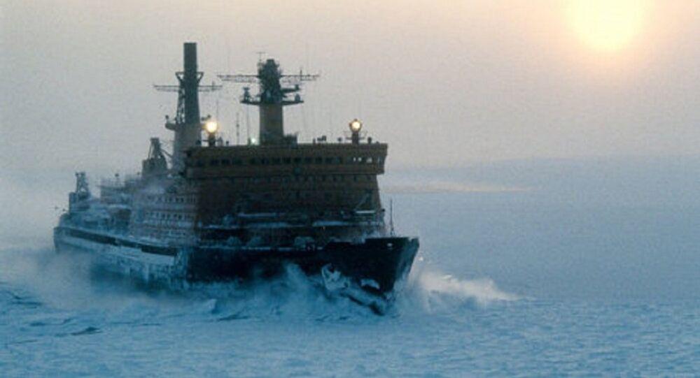 Un brise-glace parcourt la Route maritime du Nord