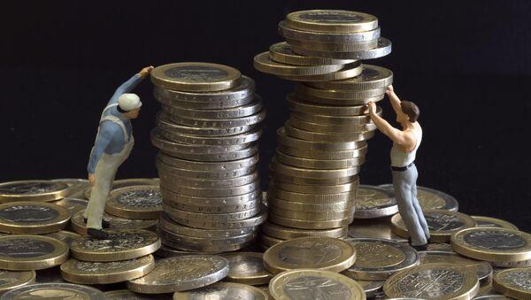 Une photographie prise le 26 juillet 2012 montrant une illustration faite avec des figurines et pieces en euro - Sputnik France