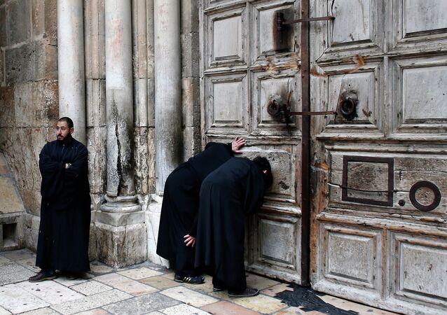 Prêtres orthodoxes au Saint-Sépulcre