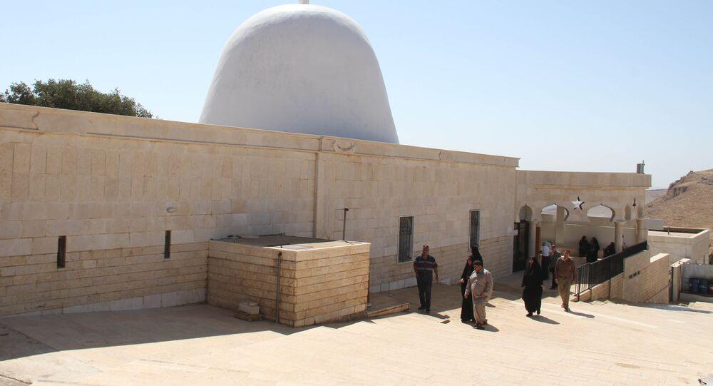 Des touristes et des pèlerins reviennent sur la tombe d'Abel, en Syrie