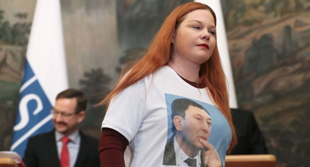 journaliste de Sputnik en t-shirt avec le portrait de Vychinski