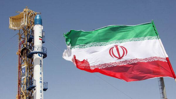 Iranian flag fluttering in front of Iran's Safir Omid rocket, which is capable of carrying a satellite into orbit, before it's launch in a space station at an undisclosed location in the Islamic republic - Sputnik France