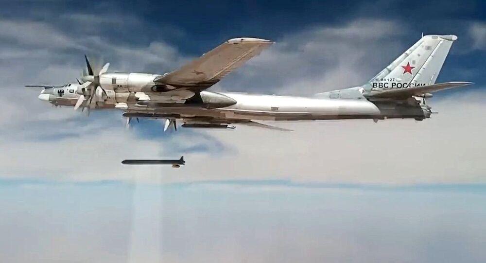 Un bombardier stratégique Tu-95MS lance un missile de croisière Kh-101 our frapper un site terroriste en Syrie