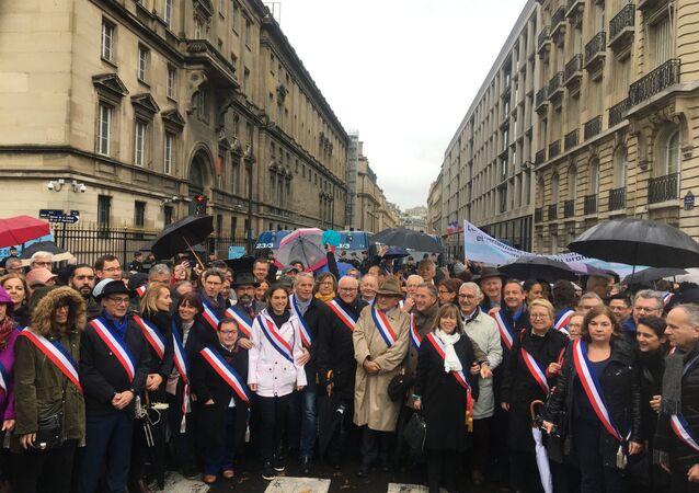 Manifestation des maires des collectivités locales d'Ile-de-France bloquée par la police