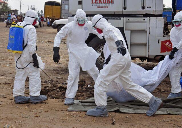 Travailleurs du domaine de la santé portent le corps d'une victime présumée d'Ebola (archives)