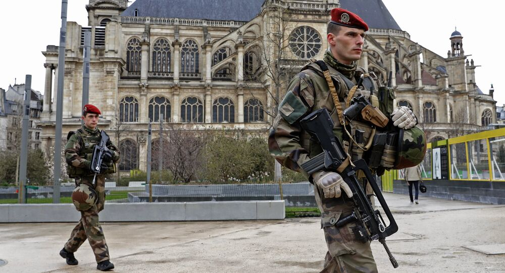 Patrouille de l'opération Sentinelle près de l'église Saint-Eustache, à Paris