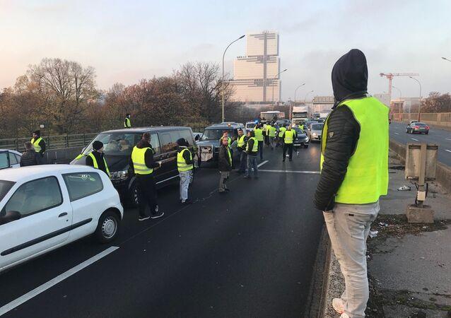 Des «gilets jaunes» organisent des centaines de blocages routiers à travers le pays