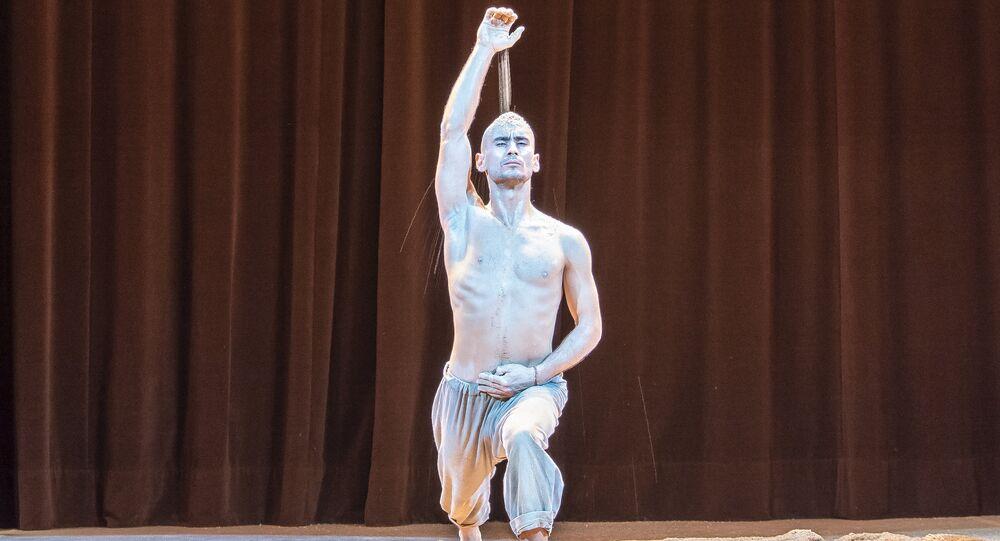 Nurbek Batulla, dans une danse « L'appel du commencement, Alif»