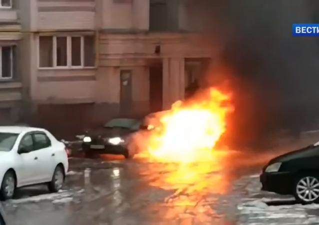 Endormi au volant, un conducteur ivre a failli brûler dans sa BMW