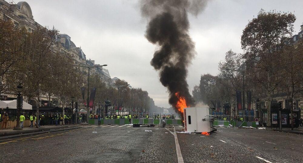 Les barricades sur les Champs-Élysée en flammes