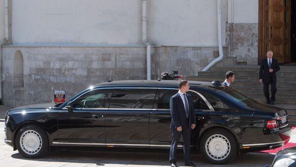 Vladimir Poutine et sa limousine Aurus Senat - Sputnik France