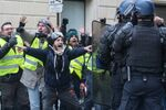 «Gilets jaunes»: scènes d'intervention de la police à Paris (vidéos)