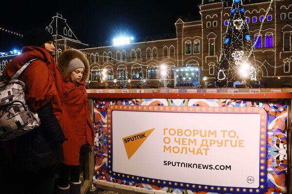Les stars félicitent l'agence Rossiya Segodnya pour son anniversaire à l'ouverture de la patinoire du GOUM - Sputnik France