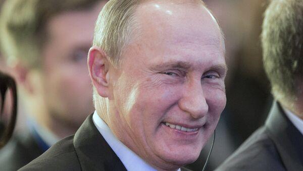 Vladimir Poutine sourit - Sputnik France