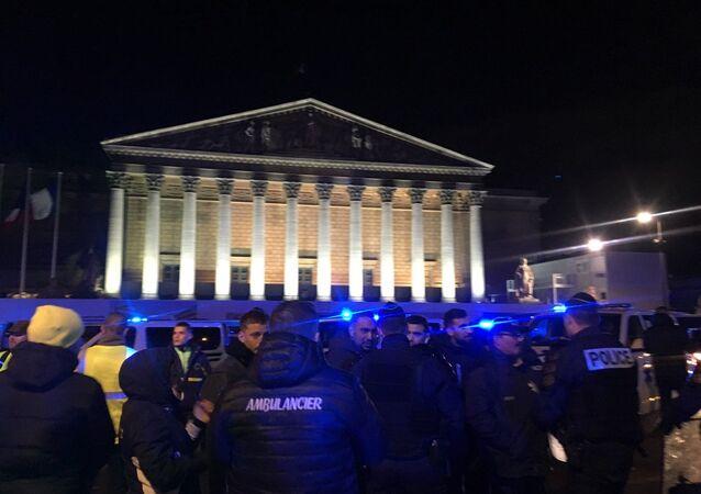 Des ambulanciers en colère devant l'Assemblée nationale