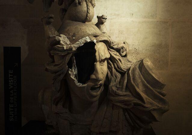 Sculpture cassée de Marianne, symbole de la République française, à l'intérieur de l'Arc de Triomphe.