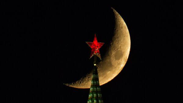 La lune au-dessus d'une tour du Kremlin - Sputnik France